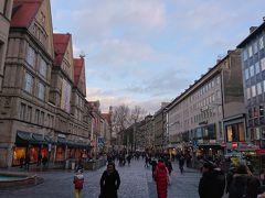 ノイハウザー通り  ミュンヘン旧市街の中心部を通る大通りです。 見ての通り歩行者天国となっています。