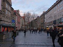 ノイハウザー通りをさらに奥へ 進んでいきたいと思います。 マリエン広場を目指して歩いている所です。