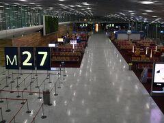 パリ時間の午前6時にシャルルドゴール国際空港に到着しました。早朝なので人が少ないですね。広々とした空間はなかなか壮観です!