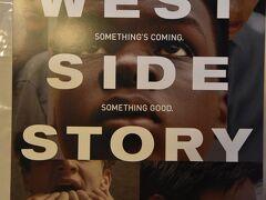 こちらは、ブロードウェイ劇場で2月20日から始まったばかりのWEST SIDE STORY。3月3日火曜日、19時開演を観ました。 5泊するなら、二つか三つのミュージカルやオペラを見聴きしたくなるジジとババ。 オペラは年一回のオーディションに足を運んだので、ミュージカルを2本にしようと考え、一番のお気に入り「オペラ座の怪人」と、始まったばかりの「WEST SIDE STORY」の二本におちついたのでした。