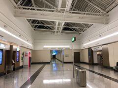 ドバイの空港というときれいで広大で・・・というイメージがあったのですが、どうやらそれはエミレーツ航空の利用するターミナルのみのようで、今回利用するエールフランスの利用するターミナルは特にきれいでもなく、広大でもなく、海外の空港としてはごく一般的なものでした。  しかも早く行きすぎてしまい、さすがに拠点空港でもないのに出発の5時間も前に着いてしまい、カウンターが開くまでしばらく待機する羽目に・・・。  そしてドバイの空港はスカイチームラウンジがあり、エールフランス利用の際はここを利用することになるのですが、ターミナルの最上階で奥まったひっそりしたところにラウンジがありました。。。写真の右側がラウンジ入口です。