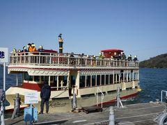 浜名湖遊覧船に乗ることにしました。舘山寺港は駐車場がないので、フラワーパーク港へ。開華亭からは車で2~3分です。運賃は大人1,000円、子供500円。JAF等で割引があります。 双胴船のハイビスカス号がやってきました。