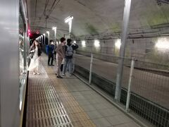 モグラ駅の土合に到着。画像だと明るく見えるけれど、実際にはかなり暗い構内で、下車した家族連れが不安そうにしていた。