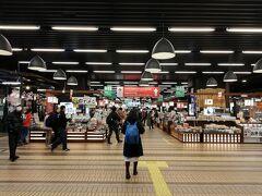 越後湯沢駅到着。さっそく越後湯沢駅構内の商業施設「CoCoLo湯沢」へ。いろいろな物を売っていて目移りするけれど、でもまだ旅行初日だから土産は買わない。