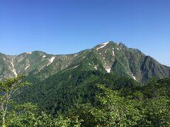 さらに一昨年の回顧録。 そんな谷川岳もロープウェイを使って天神尾根を行けば初心者向けハイキングコース。こちらは天神峠からみた谷川岳。素晴らしいでしょ。よく見ると谷川岳には猫の耳のように頂上が二つある(双耳峰という)。