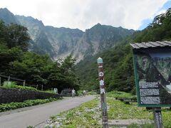 で、駅からトコトコ歩いて百名山の一つ、谷川岳は一の倉沢を眺めに行った。この道はオール舗装路。時間はかかるけれど、急坂もないし家族連れでもOK。18きっぷ旅だから土合から歩いているけれど、実は水上駅から谷川岳ロープウェイ行のバスが出ていて、それに乗ればもっと楽。