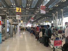 ◆スムーズに  朝6:30、自宅を出発、渋滞もなくスムーズに到着。 空港内に入る時に、検温されシールを貼られた。 空港に着いてびっくり、チェックインを待ち長蛇の列。