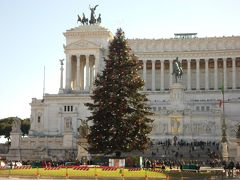 ヴェネツィア広場に建つヴィットリオ・エマヌエーレ2世記念堂。 イタリア統一記念を祝して1911年に完成。なんと100年以上前に建てられたなんて信じられないくらい美しい大理石の建物です。