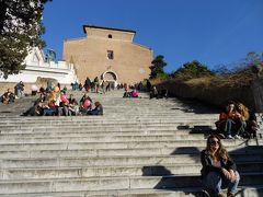 ヴィットリオ・エマヌエーレ2世記念堂を下りて左手に歩いていくと、 左側に階段が現れました。