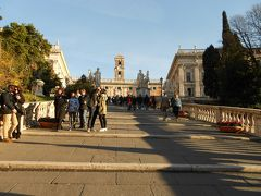 サンタ・マリア・イン・アラチェリ教会のすぐ隣りにある階段を上がると、 カンピドーリオ広場 Piazza del Campidoglio があります。