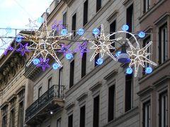 コルソ通りのイルミネーション。ブルーとパープルの光が宝石のよう。