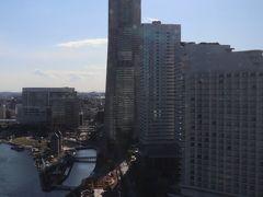 右に横浜ランドマークタワー。