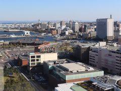 左に横浜マリンタワー。