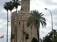 グアダルキビル川のほとりまでやって来た。 川べりに建つのは、要塞として建てられた12角形の黄金の塔。 セビリアの街はかつて城壁で囲まれていた。 19世紀にはその城壁のほとんどが取り壊されたが、この塔は残された。 帰国後に知ったのだが、この塔の北東100メートルほどの所に、銀の塔というのがあるらしい。 銀の塔も黄金の塔と同じく13世紀のもので、塔には同じ時代の城壁がくっついているそうだ。 すぐそばを歩いていたのに、駐車場の陰に隠れ、全然気が付かなかった。 惜しいことをした!  この2日前に見学したリスボンのベレンの塔とは、「姉妹塔」の協定を結んでいる。
