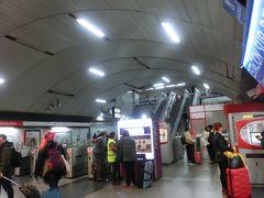 マドリードの南バスターミナルに到着した。 すぐ近くにある、地下鉄のメンデスアルバロ駅に移動。