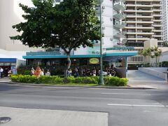 """乗るバス停は、エッグスンシングスワイキキビーチ店前の""""Kalakaua Ave + Opp Uluniu Ave"""""""