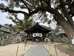 立派な楠の木がある艮神社。