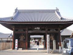 第77番札所 桑多山 明王院 道隆寺  ナント! 8箇寺目、、  立派な「仁王門」から、、