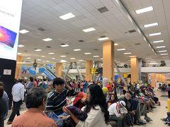 さて、やっとリマのホルヘチャベス空港に着きました。 夜の12時を過ぎているというのに、この人の多さ! ちょっとびっくり。
