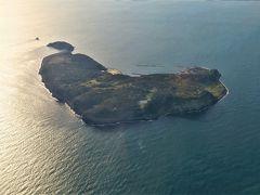 玄界灘に浮かぶ相島(あいのしま)。福岡県糟屋(かすや)郡新宮町。 ハート型の猫の島として知られている。「世界六大猫スポット」だって? (JAL2051便より,2020年3月21日08:22撮影)
