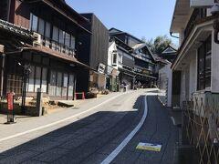 とても歴史がありそうな木造建築が並んでいる表参道