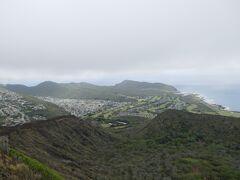 山頂に到着。  景色はマカプウ岬方面を眺めていますが、天気が良ければさぞかし良い風景だっただろうに。