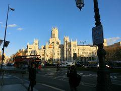 プラド通りを挟んで、マドリード市庁舎(シベーレス宮殿)。 2007年までは、中央郵便局だった。