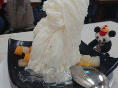 少しするとやって来ました~。  台湾でも人気の杏仁豆腐味のかき氷♪ このボリュームで5.5$(約450円)! すごい!安い!そしてウマイ!! なんだここは?!