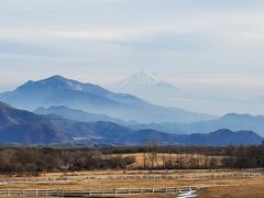 ランチの後はデザート。 寒いのに清泉寮行くんか。 実は風がビュービュー吹いてます。 遠くに富士山が!