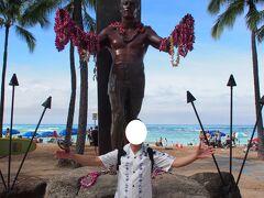 モアナ・サーフライダーの向こう側に抜けると、幅が広くて開放感のあるクヒオビーチに出る。  そこで両手にたくさんのレイを持って出迎えてくれるのが、デューク・カハナモク像。 伝説のサーファーで水泳選手、オリンピックでいくつもの金メダルを取ったハワイの英雄なんだって。