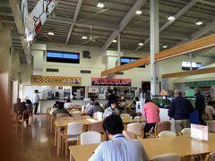 51<にぎわう店内> 館内は、写真のように賑わっていました。 特に、福田漁港で水揚げされた新鮮な魚をリーズナブルに食べられる「漁師のどんぶり屋」が人気のようで行列ができていました。 日替わりの海鮮丼(1100円)のほか、釜揚げシラス丼(800円)、天丼(1100円)などがありました。