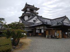 次は高知城。 天守閣がなければ、古民家に見える。