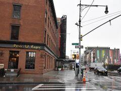 建物の手前、地下鉄の駅側からパチリ。 建物の少し先に見える、茶色の庇がエントランスです。