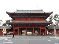 大殿の正面、日比谷通りに面した赤い門は三解脱門です。大きく、きれいに塗られている三解脱門は旧方丈門と対照的でした。