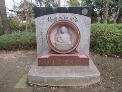 浄土宗吉水講と刻まれている赤石の石碑の中に仏の坐像が彫られている詠唱発祥の地碑です。坐像が美しいです。