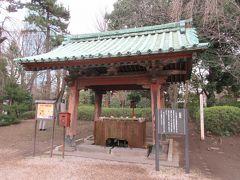 三代将軍徳川家光の三男綱重の霊廟清揚院殿にあったものを移した水盤舎です。黒門同様に塗りが剥げていました。竹の柄杓の内外が一部変色していて口を洗浄するのをためらってしまいました。