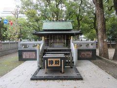 参道から右奥へ入ると熊野三所大権現宮がありました。明暦の社殿で小さいですが、精巧な造りは立派でした。熊野と言えば八咫烏です。境内を見たらありました。
