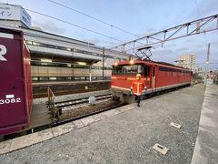 山陽本線の広島へ向かう上り線は、瀬野駅から八本松駅に向かって22.6‰(パーミル)の連続急勾配区間となっいて電気機関車一台では登れないため、後押し専用の電気機関車EF67が貨車の一番最後に連結されて運転してます。