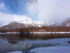 大正池から焼岳方面には雲が湧く。