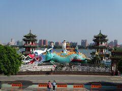 階段を上り、池の方を見ると大きな龍が! 春秋御閣という建物らしいです。