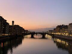 日が暮れるとこんな感じ。 絵葉書の様です。 フィレンツェに行った人が、みなさん良かったと言っていた理由が分かりますね。 ヴェッキオ橋を渡ると