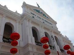 世界遺産の新古典主義の建物にも赤い提灯がぶら下がってます。