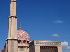すぐそばにはピンク色の大理石で造られたフォトジェニックなモスク。 正式名はマスジット・プトラモスク。