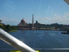 バスでプトラジャヤへ向かいます。 プトラジャヤはマレーシアの行政上の首都、マハティール元首相によって開発が着手され、東京の霞が関がモデルとされました。