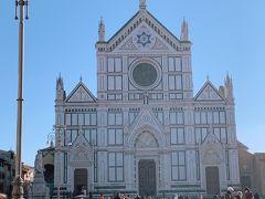 おさんぽ途中に 中心地から少し離れた場所にある サンタ クローチェ教会を発見。  日曜ミサ中で入れませんでした。  フィレンツェの教会の外観デザインはどこも似ています。 どこのエリアでもそうですけど 当時のエリアの流行?が色濃くでますね。 それぞれの県が国として成り立っていた イタリアならではですね