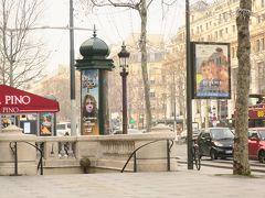 シャンゼリセ通りの広告塔  パリの街歩きで欠かせない楽しみのひとつが お洒落な広告塔を見ることです。