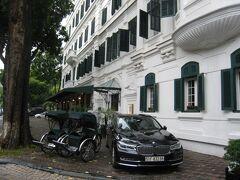 3軒目2泊は、Sofitel Legend Metropole Hanoi。部屋はグランドプレミアムOpera Wing, Club Metropole 48㎡から Opera Wing Prestige Suite?64㎡へアップグレード。インターコンチのアップグレードはアンバサダー会員なので当然知っていましたが、ここはチェックイン時に知らされました。Le Club AccorHotelsの会員だと割引があるというクチコミを見て手続きしましたが、このときはこのホテルは対象外でした。6/23が446$、6/24が464$、合計税・サ込で1051.05$。カード引落115,495円。旧市街にありますが、「白亜の建物が歴史を物語る、館内は喧騒を忘れて優雅なステイ」「フレンチコロニアル調ハノイ最古のホテル」でした。写真は、旧館(メトロポールウィングともヒストリカルウィングとも呼ばれています)の外側を撮影したもの。専用のシクロがありました。