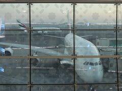 約12時間のフライトで、現地時間朝6時にドバイに到着。 ドバイ空港は相変わらず、広大なターミナルです。 幸い今回はロンドン行の搭乗口は近くでした。  1時間40分後の7時40分、ロンドンへ出発。