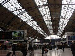 約30分でロンドン・ヴィクトリア駅に到着。 大英帝国・ヴィクトリア王朝時代からの駅のようで、クラシックな雰囲気を持つ広大な駅です。 日本の上野駅に何となく似ていました。