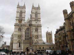 イギリス国教会のウエストミンスター寺院が見えてきました。 ロンドンを代表する建物の1つです。  今回はロンドン滞在は1日半しかないし、大英博物館をメインに考えていましたが、この建物を見てたら観光名所めぐりもいいなあ。